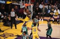 'Triplo-duplo' de LeBron não salvam os Lakers de derrota em casa para os Celtics