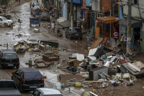 Sobe para 13 número de mortos após fortes chuvas em São Paulo