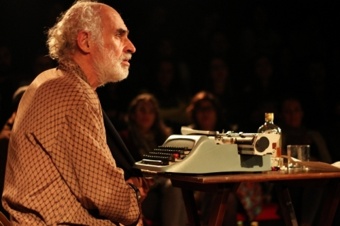 Espetáculo 'Bukowski: Histórias da vida subterrânea' tem apresentações no Teatro Arena