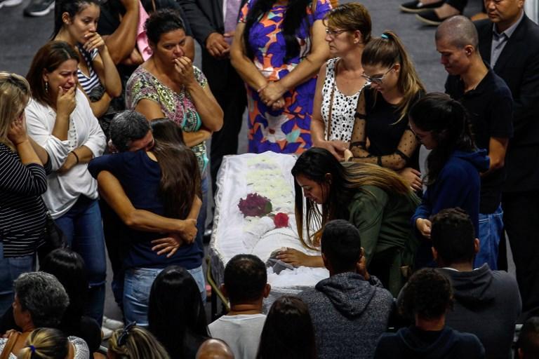 Familiares e moradores se emocionaram em velório de vítima de atiradores em escola