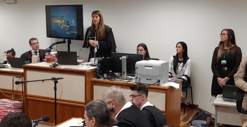 Sucilene Engler (em pé) pronunciou a sentença no fim da tarde desta sexta após cinco dias de juri