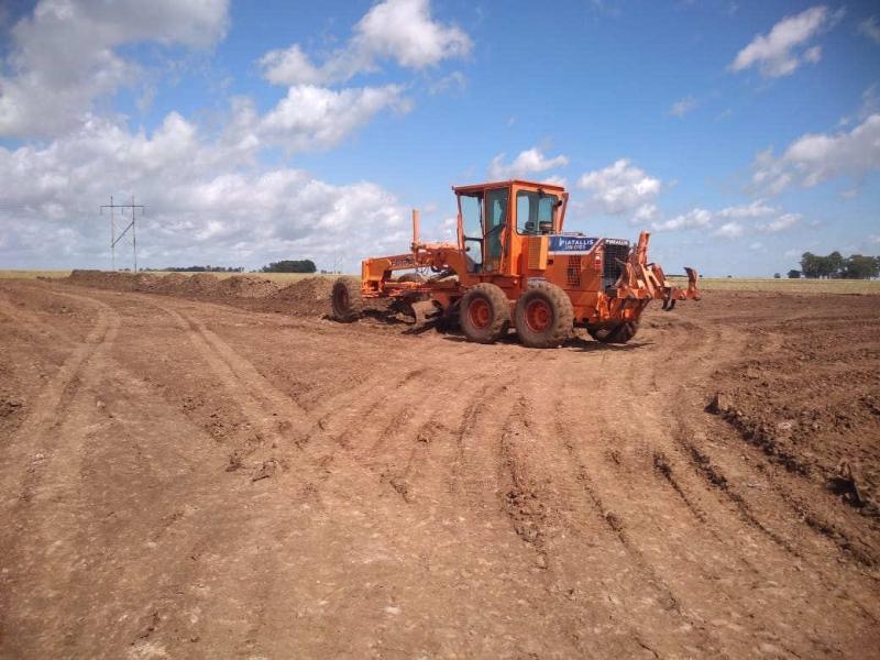 Etapa inicial da obra envolve a limpeza do terreno e terraplanagem