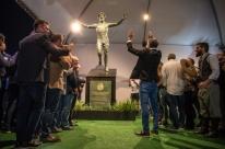 Grêmio inaugura estátua e Portaluppi se emociona: 'Meu sangue sempre foi azul'