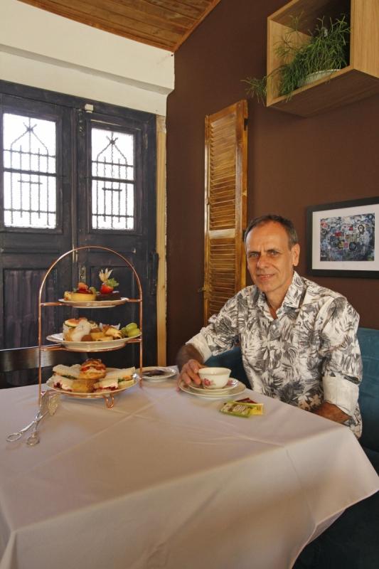 Na casa de chás Notting Hill, administrada por Rogério Pontes, uma torre de guloseimas é servida na mesa e pode ser compartilhada