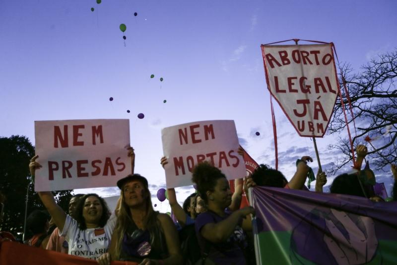 Procedimento começou domingo em maternidade pública de Recife sob protestos de religiosos