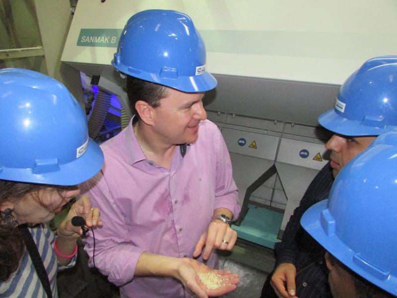 Coradini Filho (centro) recebeu diplomatas na indústria de Dom Pedrito