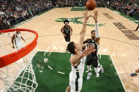 D'Angelo Russell decide, Nets vencem Bucks e se aproximam dos playoffs da NBA