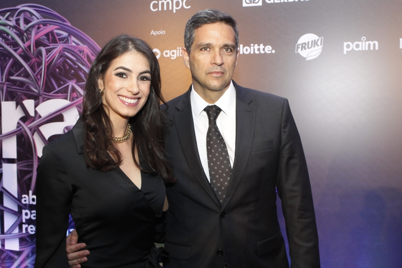 Giovana Stefani, presidente do IEE, com o palestrante Roberto Campos Neto