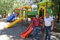 Prefeitura instala novos brinquedos em quatro praças