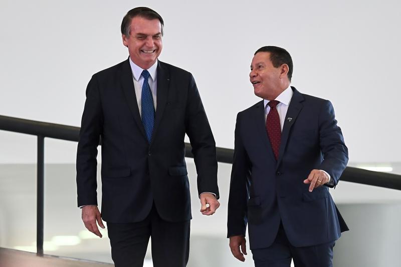 Nota coassinada por Hamilton Mourão (d) e Fernando Azevedo foi divulgada após STF dizer que Forças Armadas não são um poder moderador