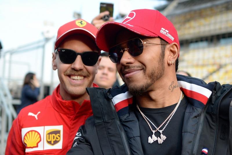 Para o piloto inglês (d), a Ferrari do alemão vem muito forte nesta temporada