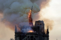 Incêndio em Notre Dame de Paris derruba parte da catedral