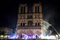 Bombeiros dizem que conseguiram impedir colapso de Notre-Dame