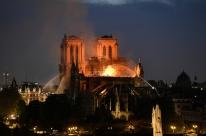 Chamas consomem Catedral de Notre-Dame em Paris