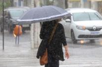 Chuva deixa moradores sem energia elétrica em Porto Alegre