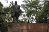 Estátua de Loureiro da Silva ganha companhia de patinete em Porto Alegre