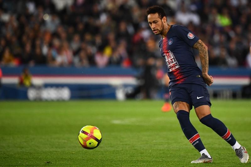 Jogador também foi suspenso pela Uefa por ter insultado a arbitragem
