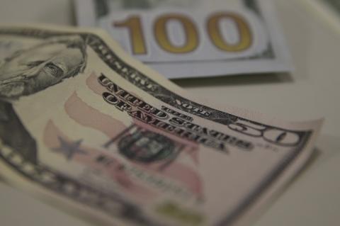 Dólar encosta em R$ 4,10, mas fecha estável à espera de notícias do Oriente Médio