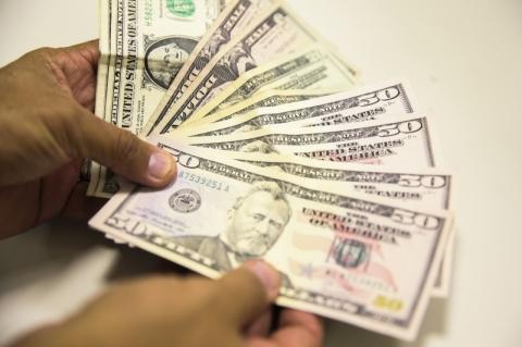 Frustração com interesse estrangeiro em megaleilão leva dólar a R$ 4,08