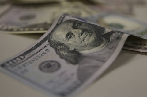 Dólar segue forte em manhã de briga da Ptax, com alta de 0,36%