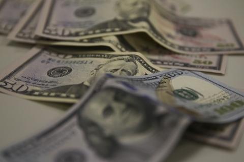 Dólar recua após Copom cortar taxa de juros