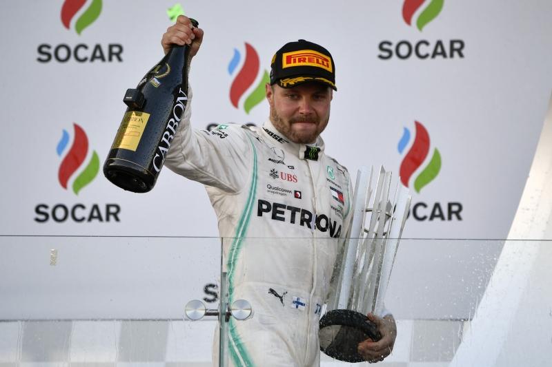Piloto da Mercedes levou a melhor e somou pontos preciosos para assumir a liderança