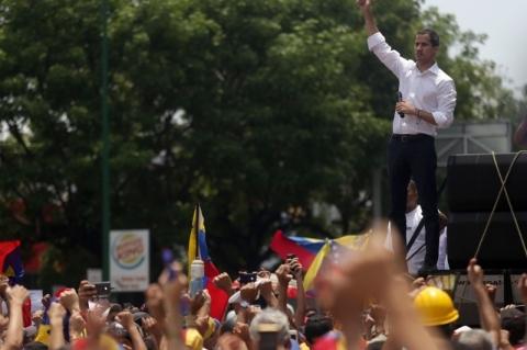 Manifestantes voltam a entrar em confronto com forças de Maduro