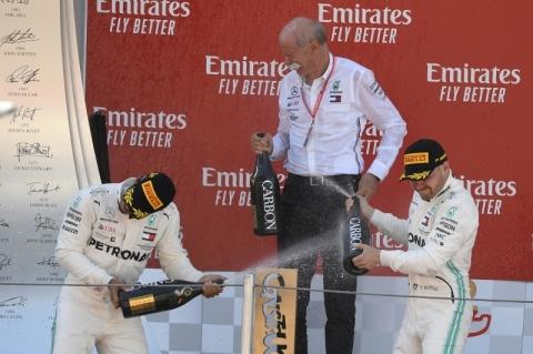 Hamilton vence GP da Espanha e Mercedes alcança a 5ª dobradinha seguida na F-1