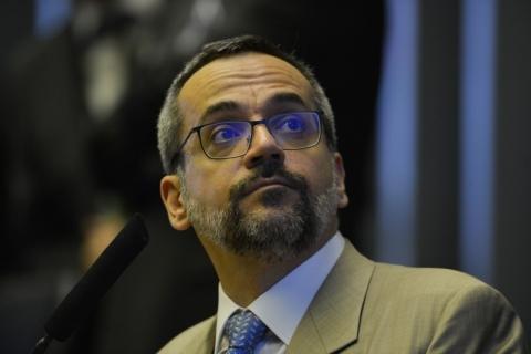 Governo admite que Weintraub pediu exoneração só após chegar aos EUA