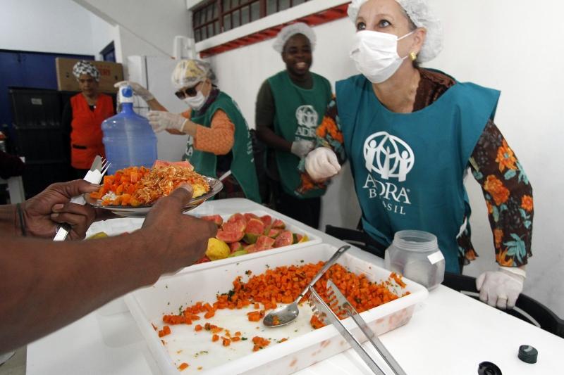 Desde maio, a Agência Adventista de Desenvolvimento e Recursos Assistenciais do Brasil, serve refeições gratuitas no Ginásio Tesourinha