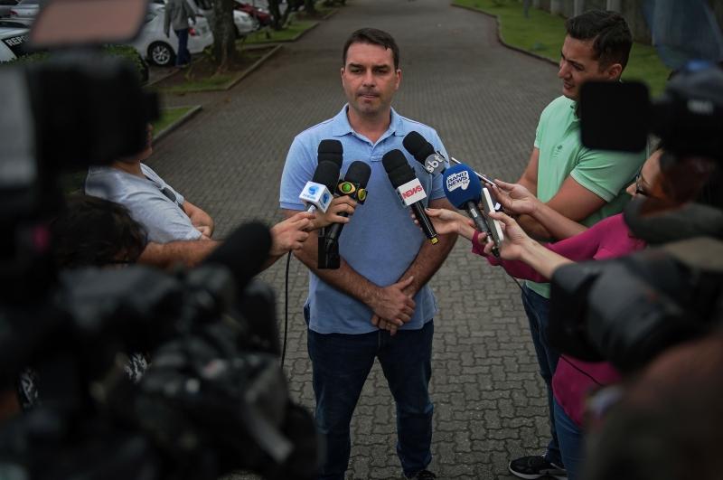 Defesa de Flávio Bolsonaro informou que ele não vai comparecer à acareação na data marcada