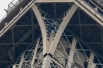 Polícia francesa isola a Torre Eiffel depois de homem tentar escalá-la