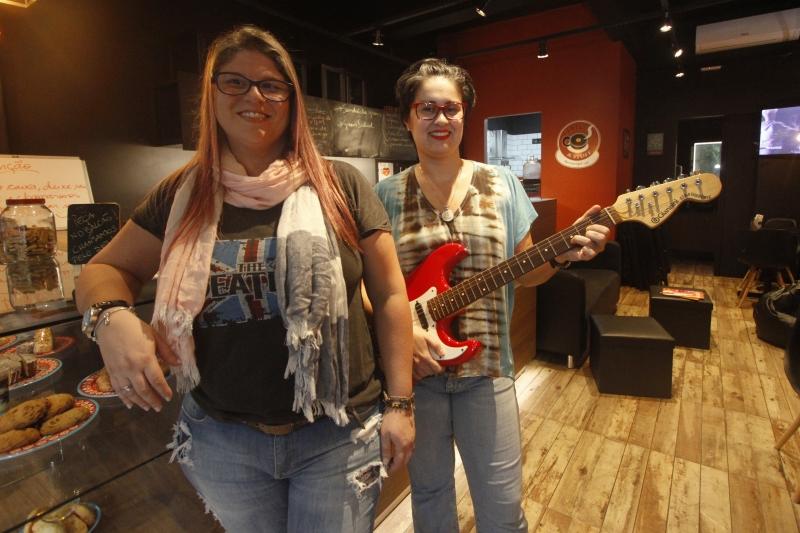 Visita ao Coffee & Stuff, café inspirado em rock and roll. Na foto: Melissa Motta e Lisia Nunes