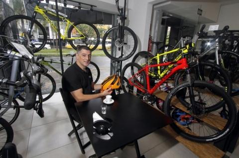 Espaço reúne cafeteria, oficina e loja de bicicletas