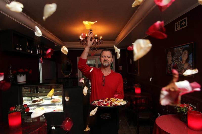 Preservando a tradição, Claiton segue espalhando pétalas  de rosa