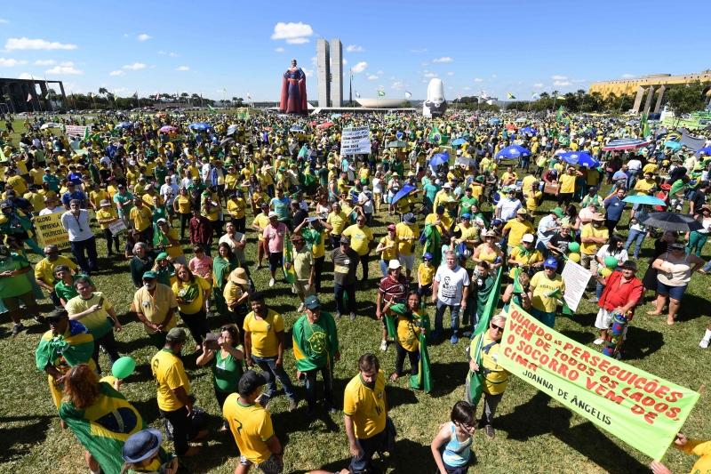 Em Brasília, apoiadores se concentraram no gramado da Esplanada dos Ministérios