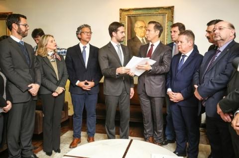 Eduardo Leite protocola projeto das privatizações
