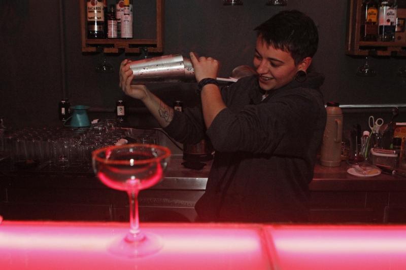 O bar feito em neon rosa é um dos destaques do espaço.