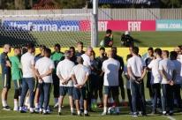 Com dores no joelho, Neymar fica fora de treino da seleção em Teresópolis
