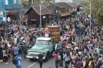 Desfile de carros alegóricos aquece celebrações da Fenavinho