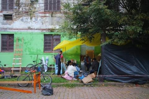Famílias acampam em frente a prédio da prefeitura após reintegração de posse
