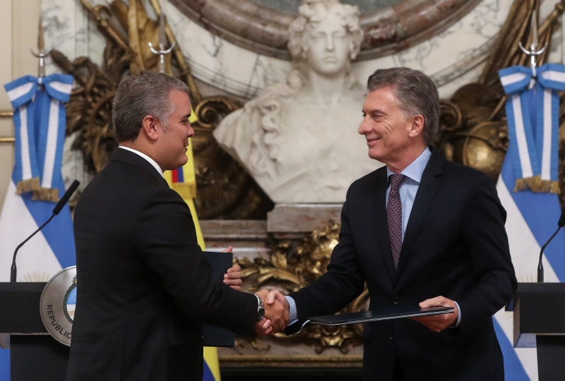 """Iván Duque (e) afirmou que a """"reeleição de Macri (d) será fundamental para a América Latina"""""""