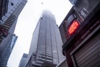 Helicóptero atinge edifício de 54 andares em Nova Iorque