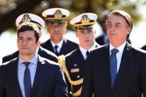 Bolsonaro mantém silêncio sobre mensagens e condecora Moro em evento