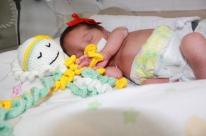 Detentas confeccionam polvos de crochê para bebês internados
