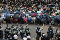 Guarda-chuva se firma como símbolo em novos protestos