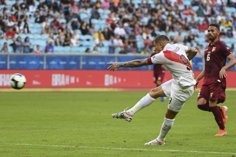 Paolo Guerrero tenta o arremate contra a meta venezuelana na Arena do Grêmio