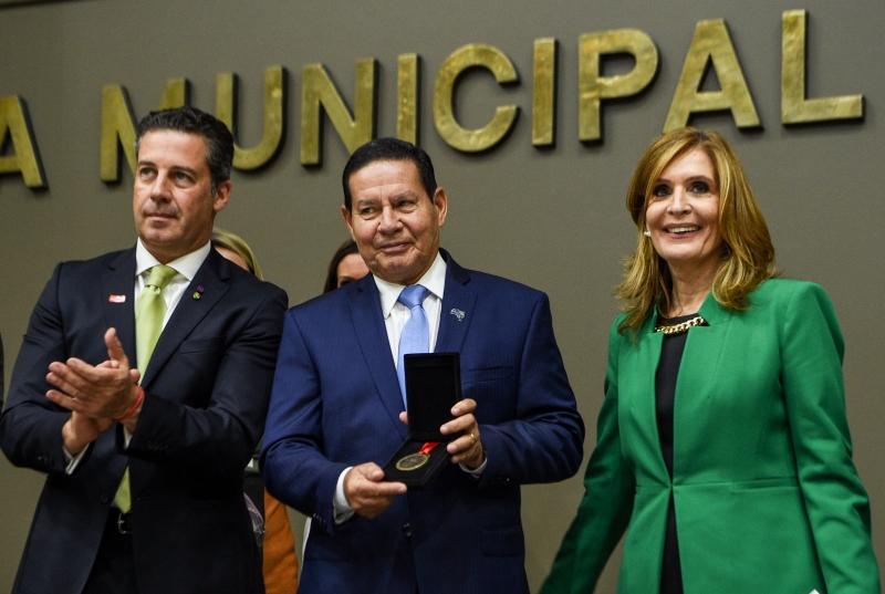 Vice-presidente Hamilton Mourão (c) recebe título de Cidadão Emérito
