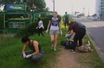 Mutirão recolhe 11 sacos de lixo às margens do Dilúvio e orla do Guaíba