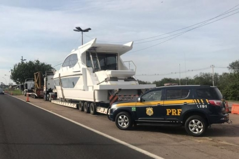 Barcos de luxo transportados irregularmente são apreendidos na BR-290